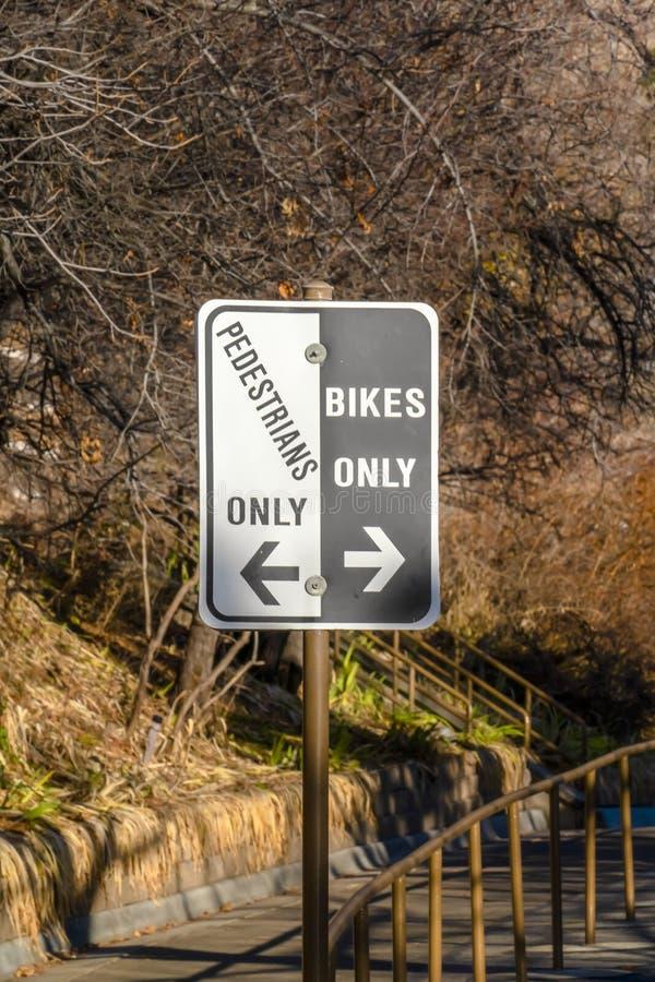 Peatones señal de tráfico solamente y de las bicis solamente en Provo imágenes de archivo libres de regalías