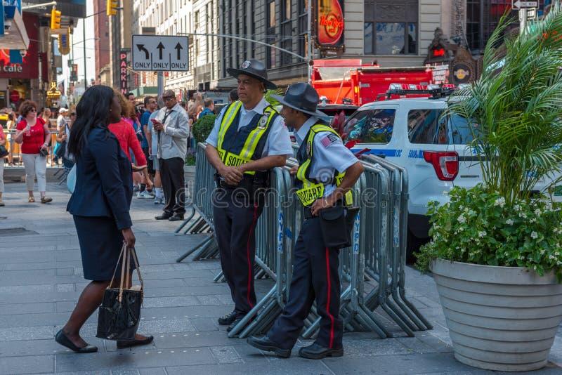 Peatones y oficiales de policía foto de archivo libre de regalías
