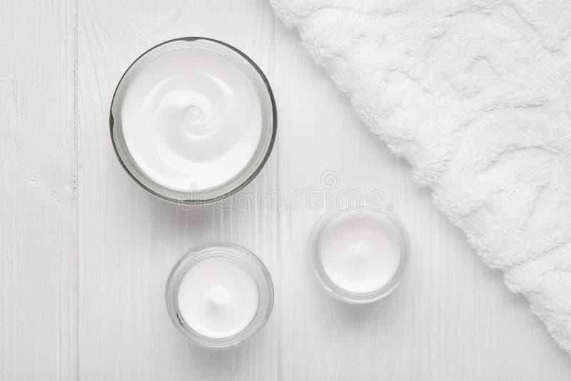 Peau cosmétique de crème d'hydratation d'hommes, corps, hydrate de bien-être de station thermale de soins de la peau de visage hy photographie stock
