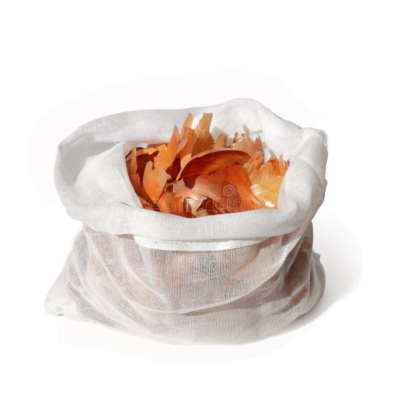 peau d 39 oignon dans le sac sur le blanc image stock image du peint blanc 47898533. Black Bedroom Furniture Sets. Home Design Ideas