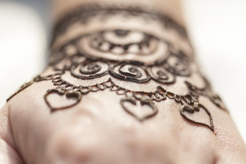 Peau de main de texture de mehendi de dessin de henné images libres de droits