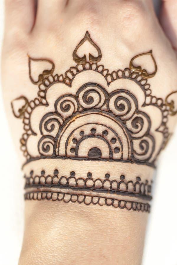 Peau de main de texture de mehendi de dessin de henné images stock