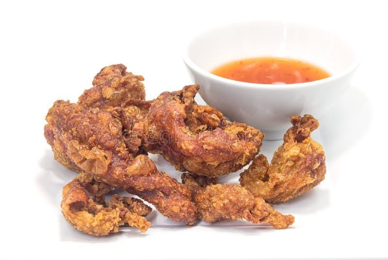 Peau de poulet frit sur le fond blanc photographie stock libre de droits