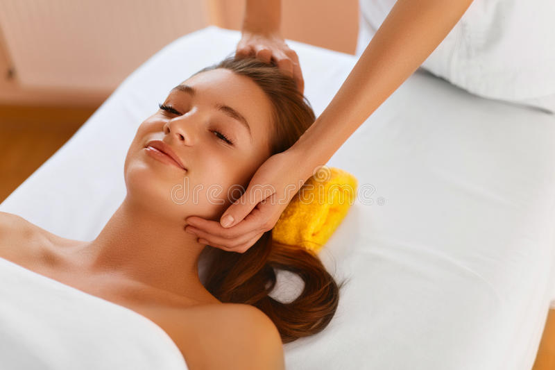Peau de visage Femme recevant le traitement facial de station thermale, massage image stock