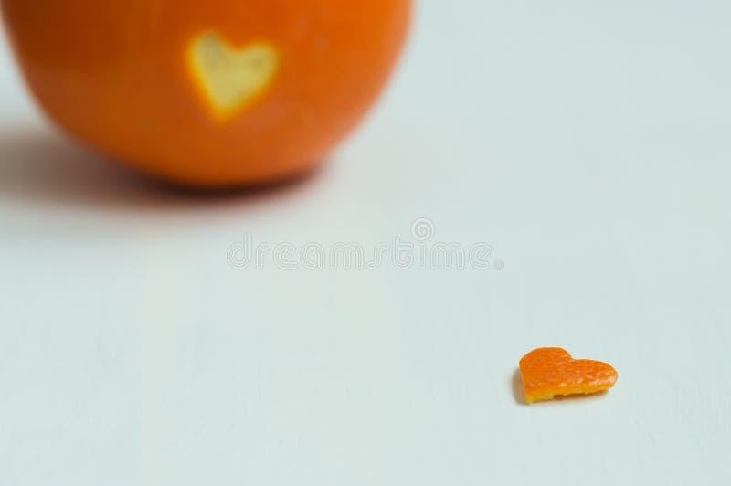 Peau en forme de coeur coupée de l'orange photographie stock libre de droits