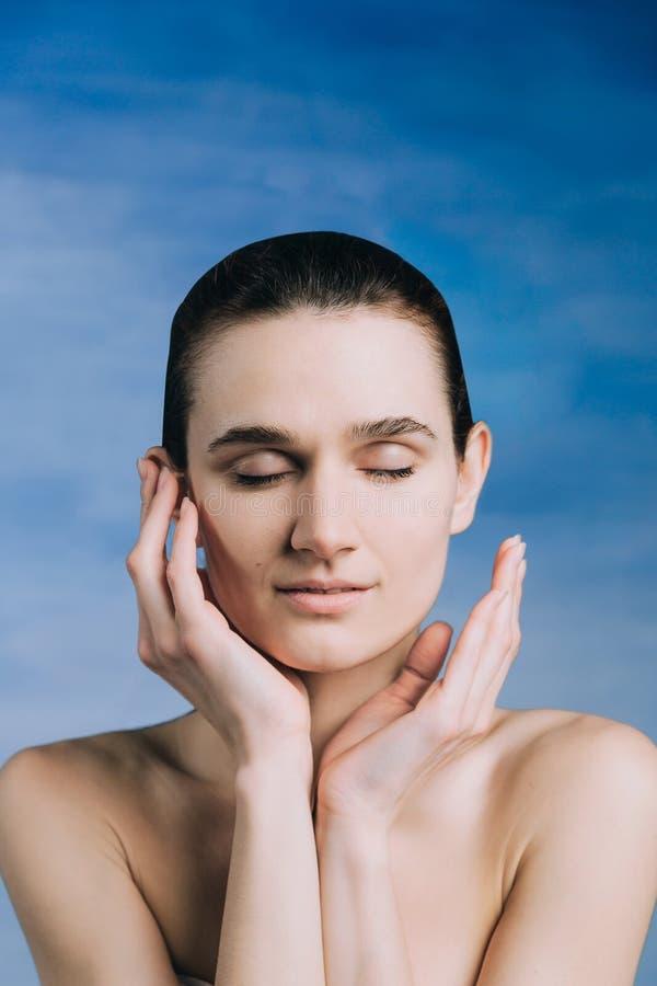 peau fraîche sur un fond bleu sans maquillage image stock