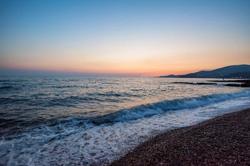 Pebble Beach на заходе солнца Красивый естественный ландшафт стоковое изображение rf