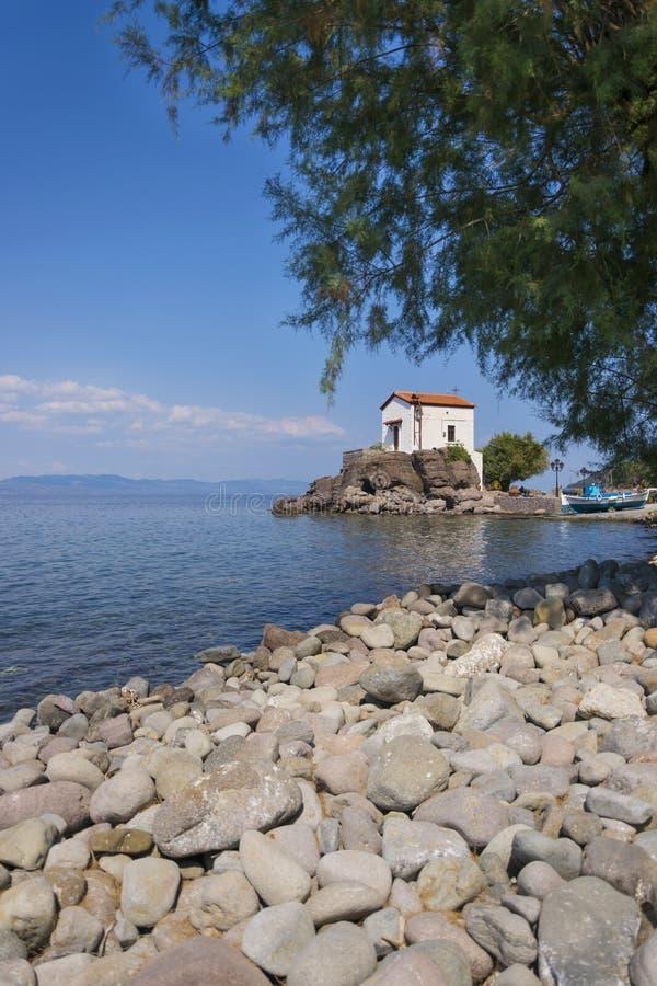 Pebble Beach на Mytilini Lesvos - греческом острове с малой церковью часовни стоковые изображения