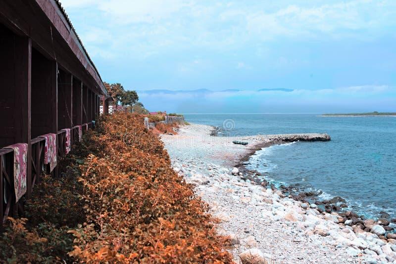 Pebble Beach auf dem Ufer des Meeres von Japan stockfotografie