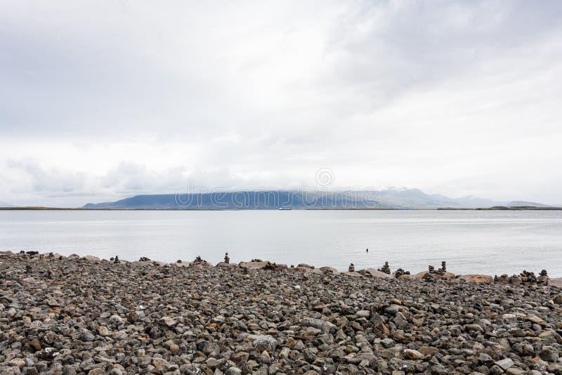 Pebble Beach com as pirâmides de pedra em Reykjavik imagem de stock