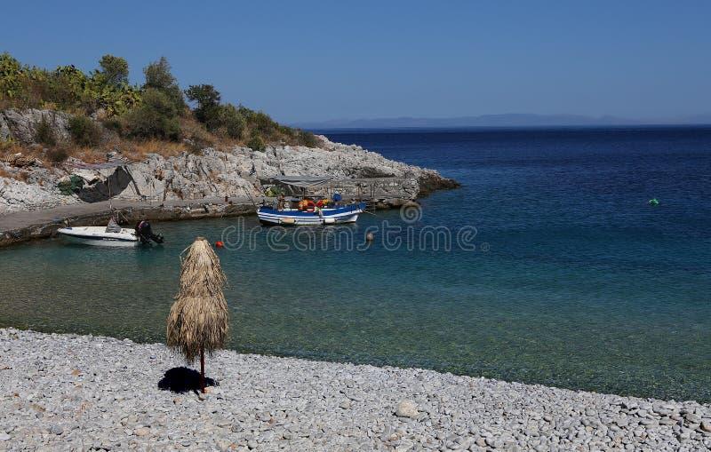 Pebble Beach da vila de Kokkala, Peloponnese, Grécia fotos de stock