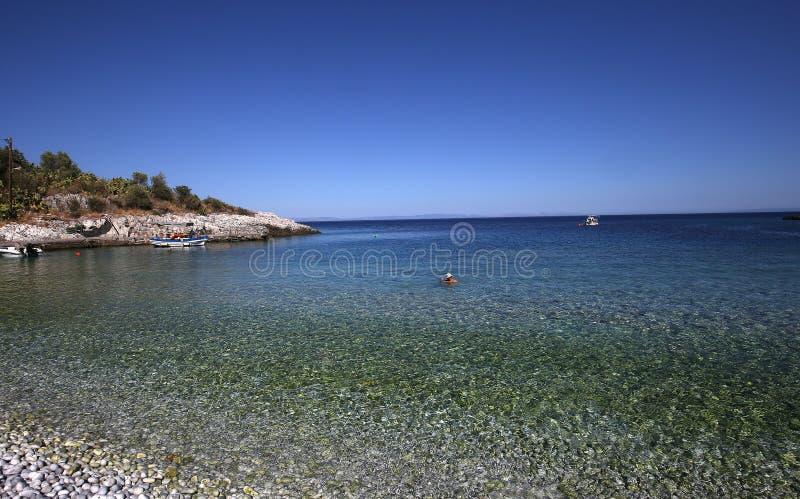 Pebble Beach de village de Kokkala, Péloponnèse, Grèce photographie stock libre de droits