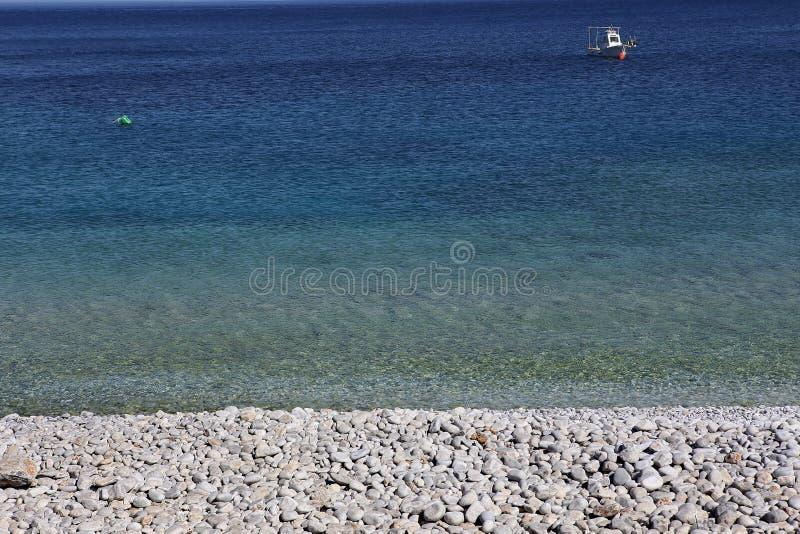 Pebble Beach de village de Kokkala, Péloponnèse, Grèce photos stock