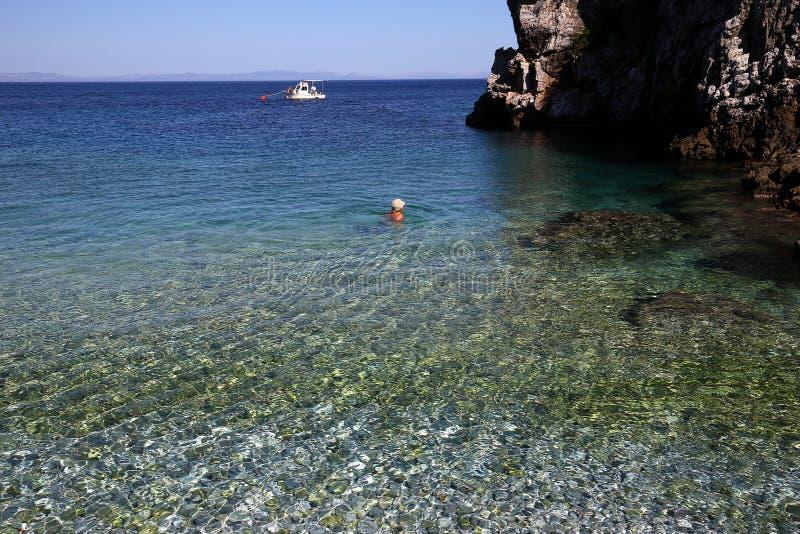Pebble Beach de village de Kokkala, Péloponnèse, Grèce photographie stock