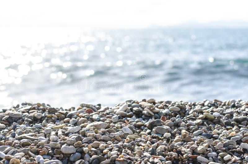 Pebble Beach e céu azul no fundo Mar Mediterrâneo Atenas, Grécia imagens de stock
