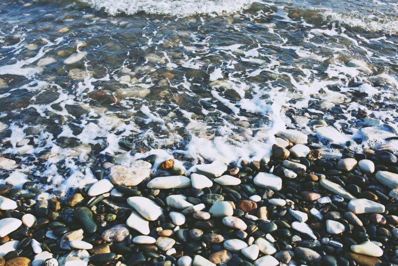 Pebble Beach e ondas fotos de stock royalty free