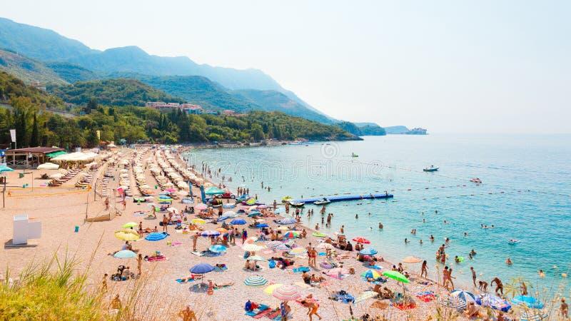 Pebble Beach em Kamenovo no Budva Riviera imagens de stock royalty free