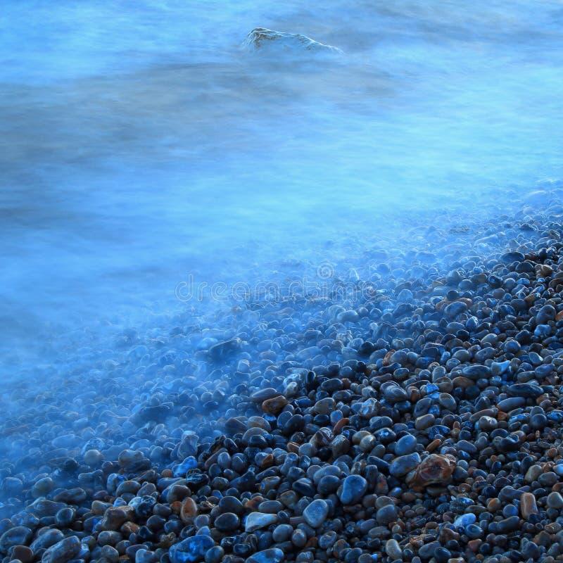 Pebble Beach na costa jurássico em Devon imagem de stock
