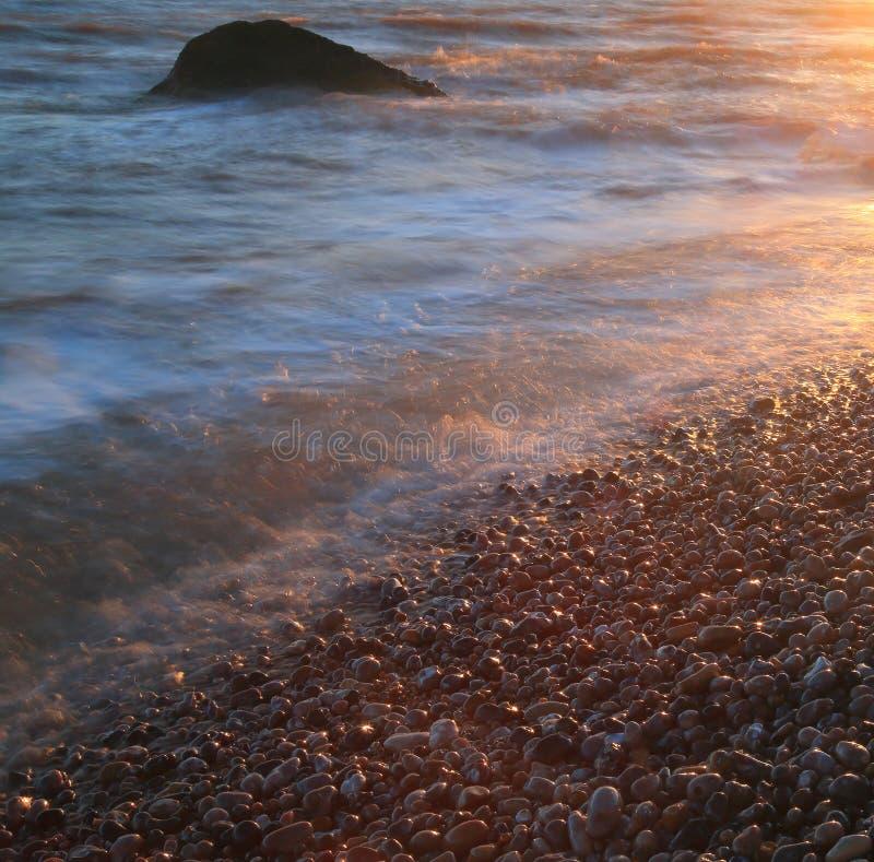 Pebble Beach na costa jurássico em Devon foto de stock