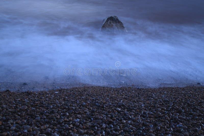 Pebble Beach na costa jurássico em Devon fotos de stock