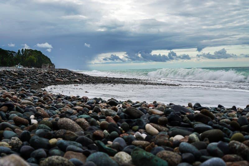 Pebble Beach på Blacket Sea Härliga moln över havet för regnet Bränningvåg Abchazien georgia fotografering för bildbyråer