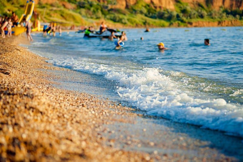 Pebble Beach Unscharfer Fokus Konzept von Strandurlauben, Ferien lizenzfreie stockfotos