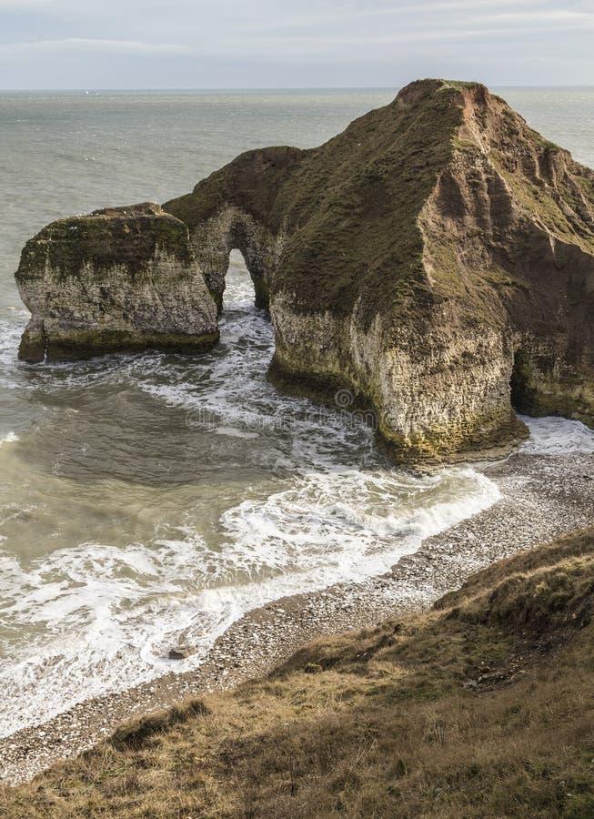 Pebbled-Strand und drastische Klippen bei Flamborough gehen in Yorkshire voran stockfotografie