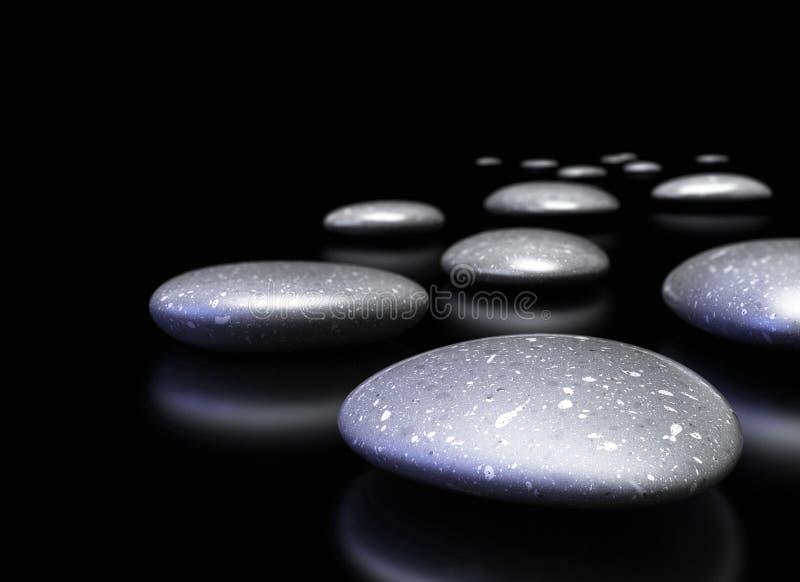 Pebbles i en rad över svart bakgrund arkivfoton