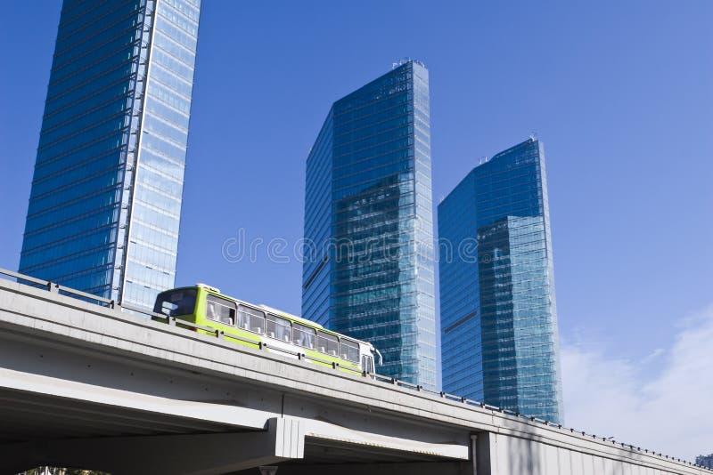 Pechino: bus che funziona sulla strada elevata fotografia stock libera da diritti