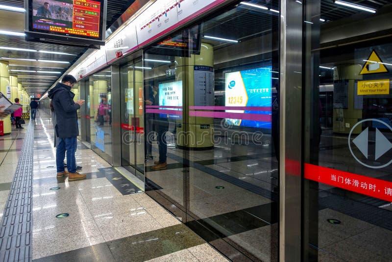 PECHINO, CINA - 12 MARZO 2016: Stazione della metropolitana di Pechino Accordin fotografie stock libere da diritti