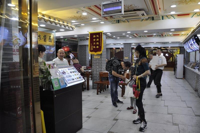 Pechino, quinta può: Via pedonale commerciale di notte sulla città di Pechino fotografia stock