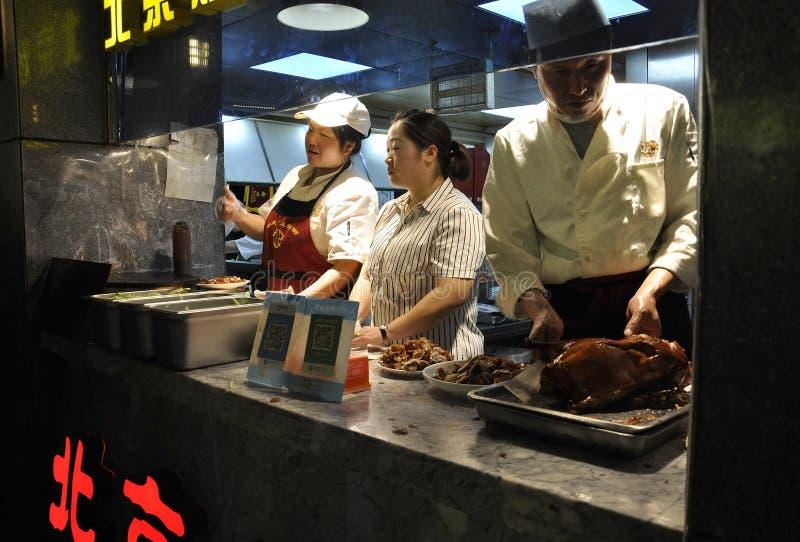 Pechino, quinta pu?: Stalla dell'alimento dall'alimento del centro della via di notte di Pechino fotografia stock libera da diritti