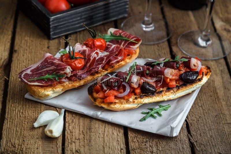 Pecho ahumado del ganso en el pan crujiente con el tomate fotografía de archivo libre de regalías