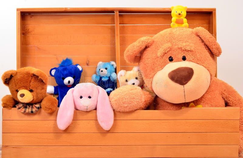 Pecho con los juguetes lindos de la felpa del bebé, peluches, conejitos fotos de archivo libres de regalías