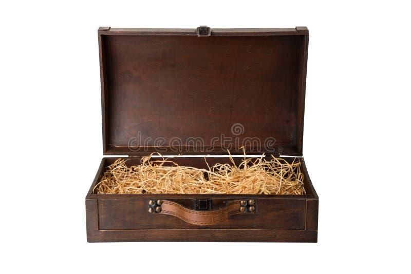 Pecho de madera viejo abierto con una manija de cuero, llenada de madera foto de archivo