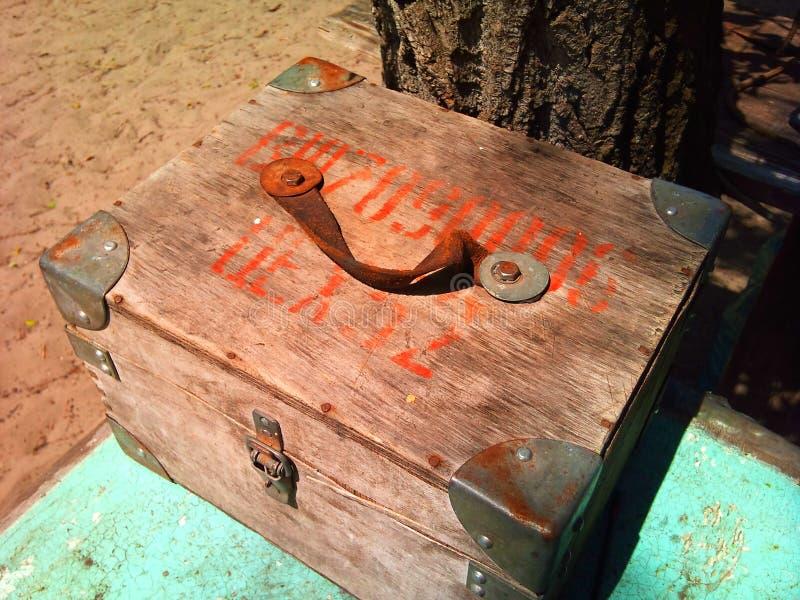 Pecho de madera viejo con las esquinas del hierro imágenes de archivo libres de regalías
