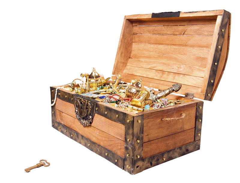 Pecho de tesoro con el clave aislado en blanco foto de archivo libre de regalías