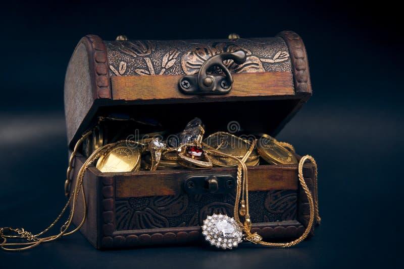 Pecho de tesoro con las monedas de oro imagenes de archivo