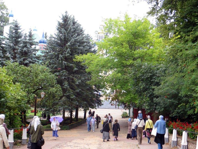 pechora Pskov foudroie le monastère Pèlerins entrant pour la cérémonie images libres de droits