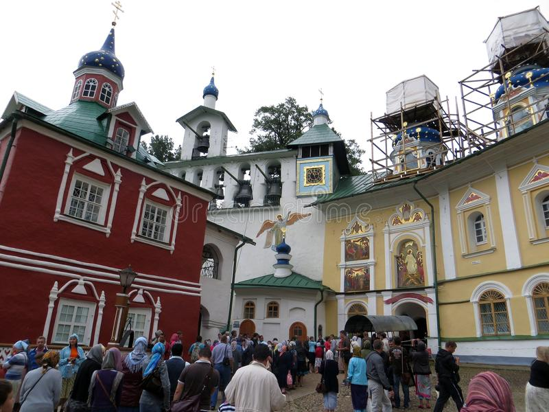 pechora Pskov foudroie le monastère Pèlerins entrant pour la cérémonie image stock