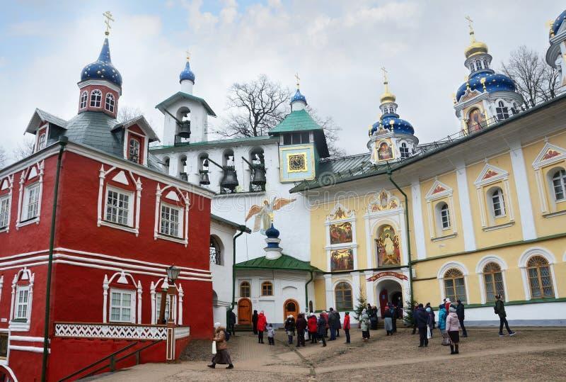 Pechory,普斯克夫地区,俄罗斯, 2018年1月, 06日 走在多云天气的Svyato-Uspenskiy Pskovo-Pecherskiy修道院里的人们 免版税图库摄影
