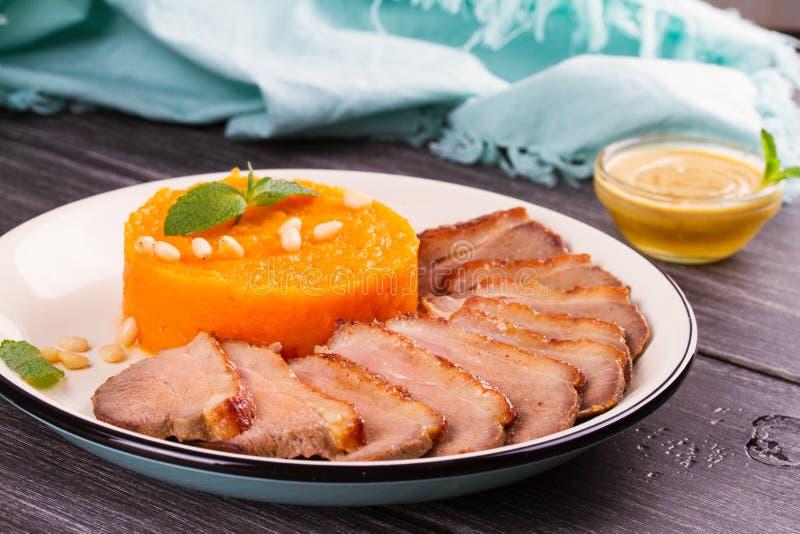 Pechuga de pato con la salsa de mostaza triturada de la calabaza o de la calabaza moscada y de la miel fotografía de archivo libre de regalías
