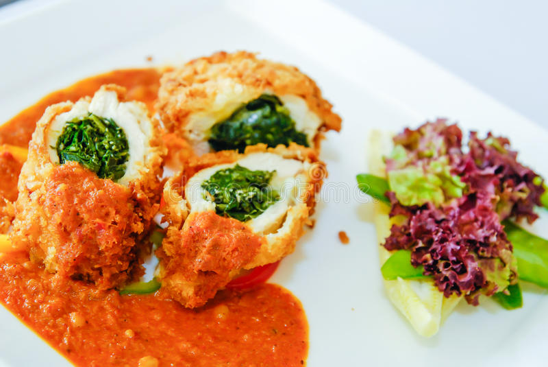 Pechuga de pavo rellena con la salsa de la espinaca y de curry imágenes de archivo libres de regalías
