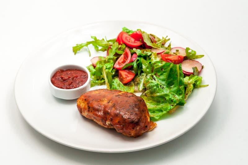 Pechuga de pollo asada a la parrilla con la ensalada de las verduras frescas foto de archivo