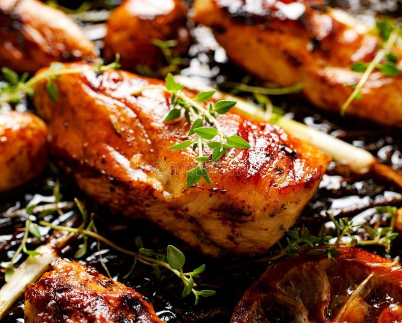 Pechuga de pollo asada a la parrilla con tomillo, el limón y las verduras fotos de archivo