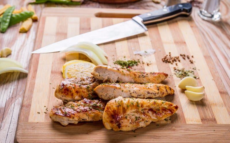 pechuga de pollo asada a la parrilla de la carne blanca, tiras del pollo fotografía de archivo libre de regalías