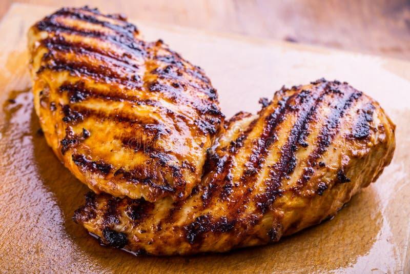 Pechuga de pollo asada a la parrilla en diversas variaciones con el tomat de la cereza foto de archivo libre de regalías