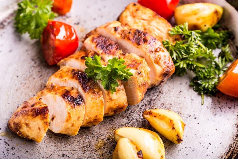 Pechuga de pollo asada a la parrilla en diversas variaciones con el tomat de la cereza fotos de archivo