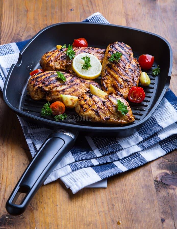 Pechuga de pollo asada a la parrilla en diversas variaciones con el tomat de la cereza imagen de archivo