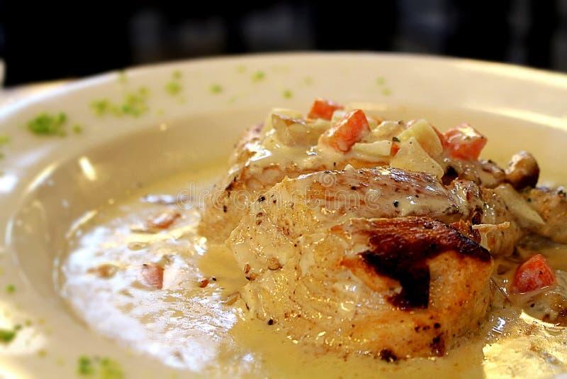 Pechuga de pollo asada a la parrilla en salsa de queso cremoso con las verduras tajadas fotos de archivo